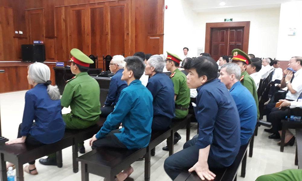 Vũ 'nhôm' đầu tóc bóng mượt, bình thản tới tòa trong đại án Đông Á Bank
