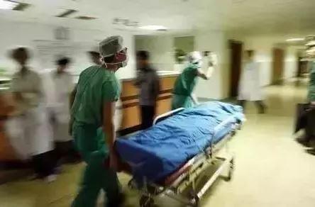 A Thương được đưa đi cấp cứu ngay trong đêm