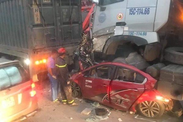 Xe container chồm lên nóc ô tô, cán 4 người thương vong ở Hà Nội