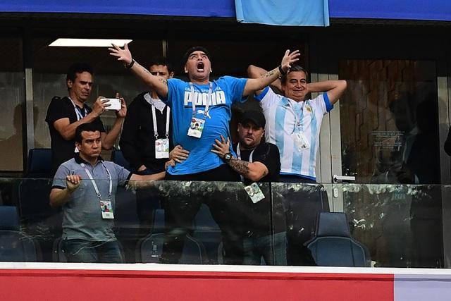 Maradona cổ vũ cho đội tuyển Argentina thi đấu ở World Cup 2018 tại Nga