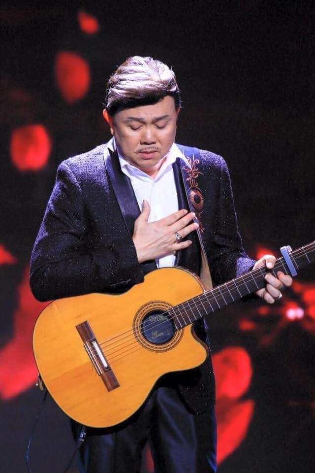 Danh hài Chí Tài là một nghệ sĩ đa năng và anh rất yêu cây đàn guitar.