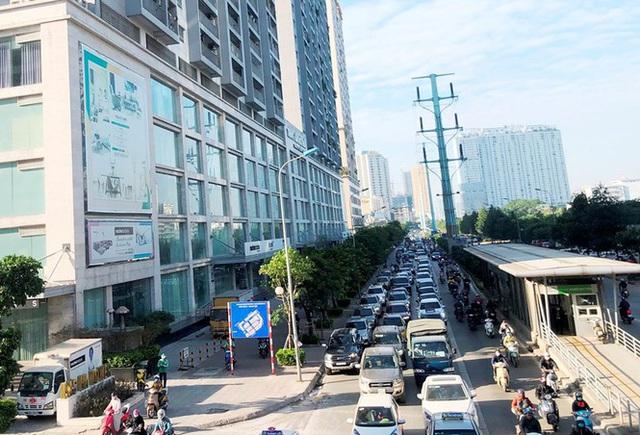 """Cận cảnh cao ốc góp phần """"nhấn chìm"""" con đường BT đầu tiên của Hà Nội"""